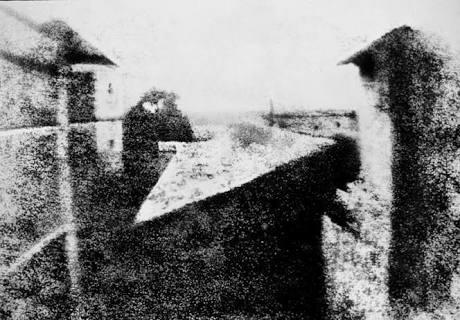 1826 yılında fransız mucit joseph nicephore niepce tarafından çekilmiş dünyanın ilk fotoğrafı. 📷