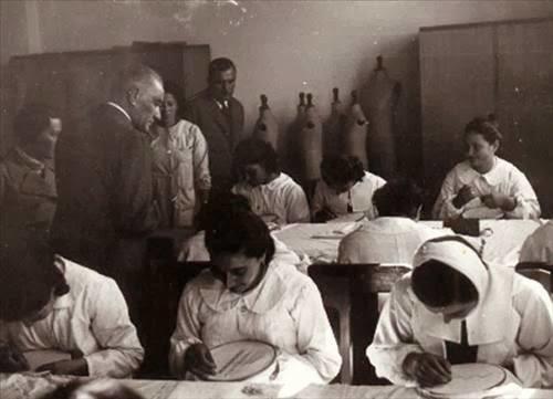 mustafa kemal atatürk, adana ismet paşa kız enstitüsünde el sanatı çalışmalarını izlerken (19 kasım 1937)