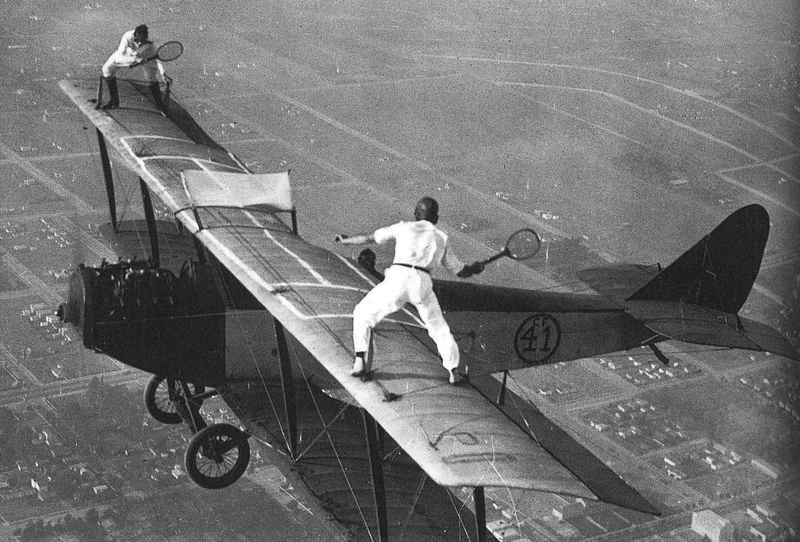 uçak kanatlarında tenis oynayan iki dengesiz ,1920