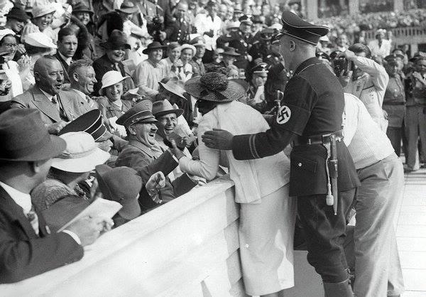 hitler kendisini öpmek isteyen bir amerikalı kadına gülerek tepki veriyor, berlin olimpiyatları, 15 ağustos 1936