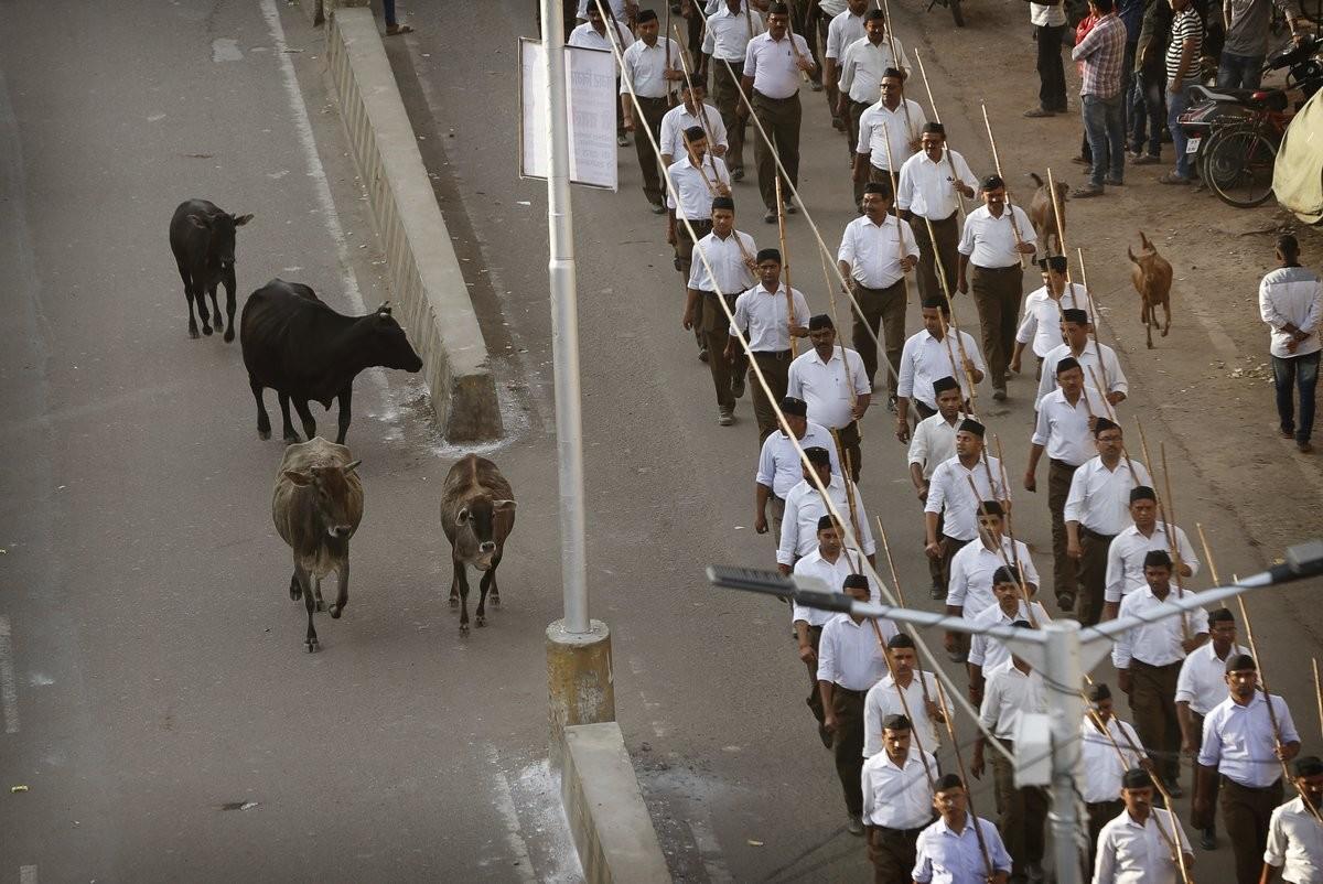 hindistan'da bir kişi, 'inek çaldığı için' dövülerek öldürüldü