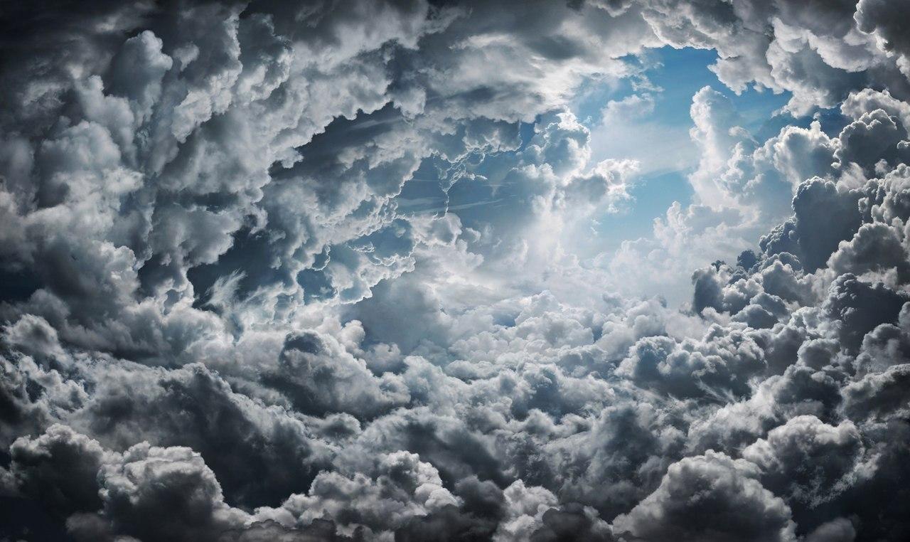 gökyüzünde bulutların arasından