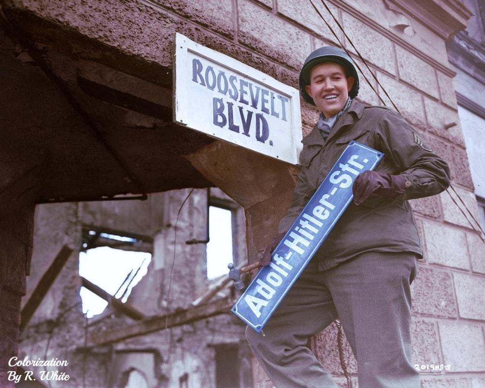 """1945: amerikalı asker """"adolf-hitler-str"""" nin yerine """"roosevelt blvd."""" tabelasını asıyor, berlin"""