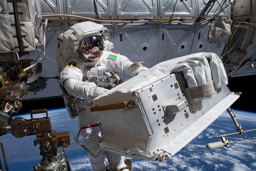 günün resmi - italyan astronot tamirde