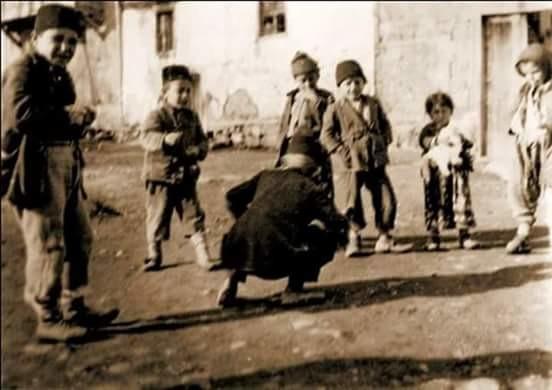 """ankara sokaklarında """"aşık oyunu"""" oynayan çocuklar, 1920'ler."""