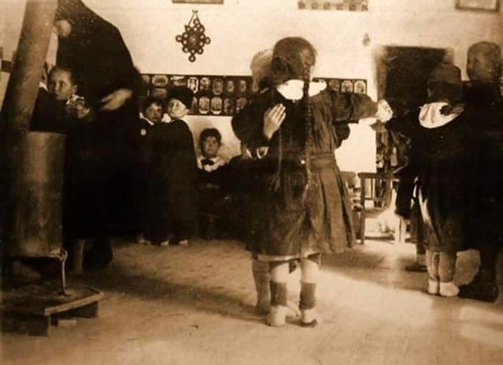 eskişehir'de bir okulda vals yapmayı öğrenen öğrenciler.. 1920'ler. saç örgülerini sevsinler onun.. :).. nuray bilgili