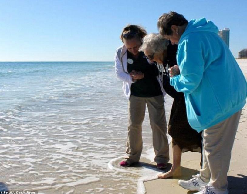 yüz yaşında okyanusla ilk defa tanışan nine