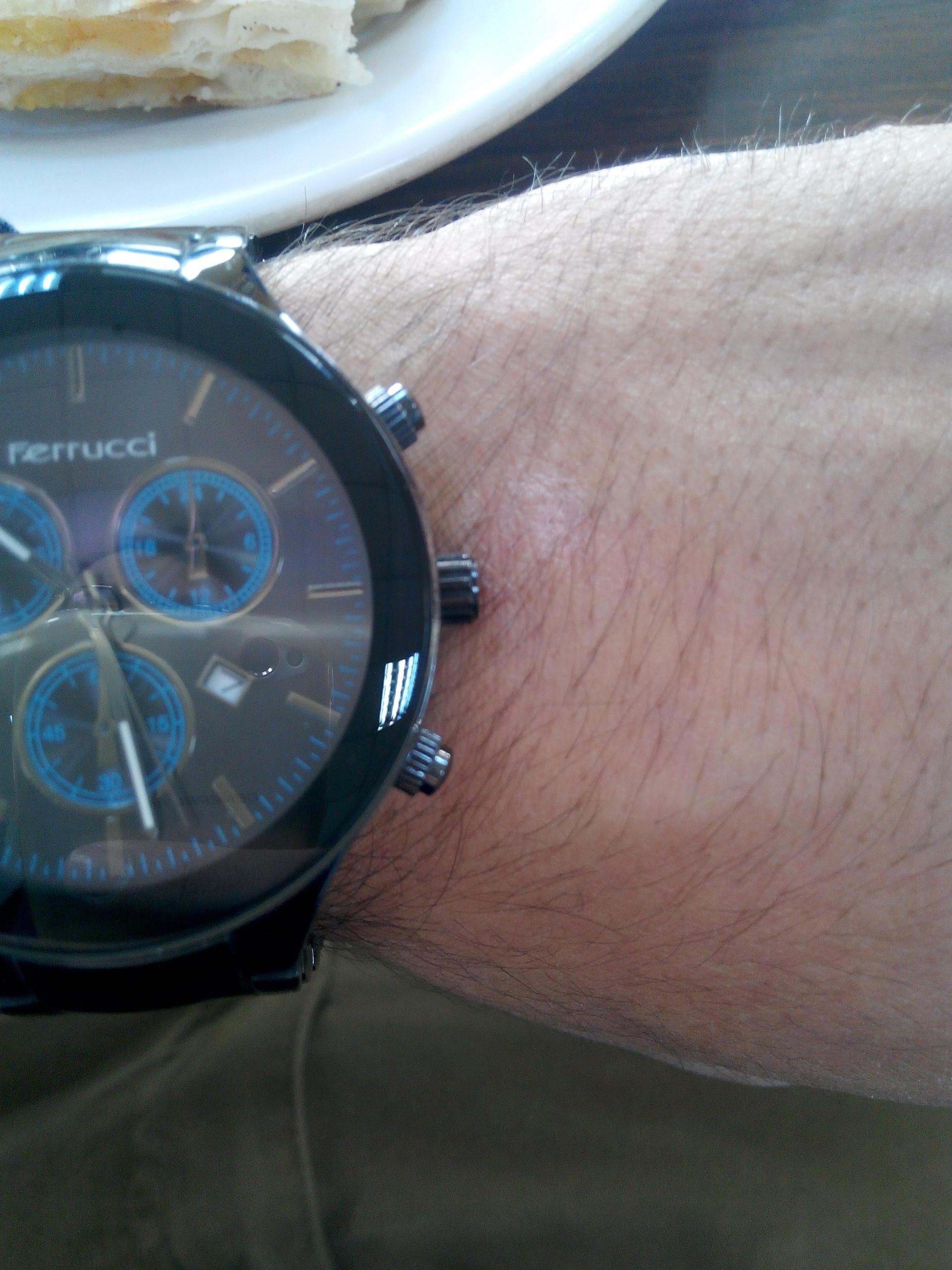 solakların şağ elini kullananlardan intikam almak için kol saati tasarımlarında yaptığı ibnelik