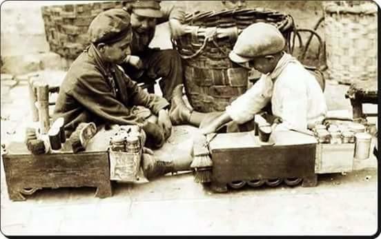 ayakkabı boyacısı ve küfeci çocuklar, 1920'ler.