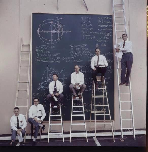 nasa'da çalışan bilim adamlarının problemleri çözmek için kullandıkları tahta ve merdivenler, 1960