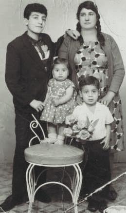 müslüm gürses'in eli annesi emine hanımın omuzunda. kardeşleri zeyno ve ahmet. 1965 adana