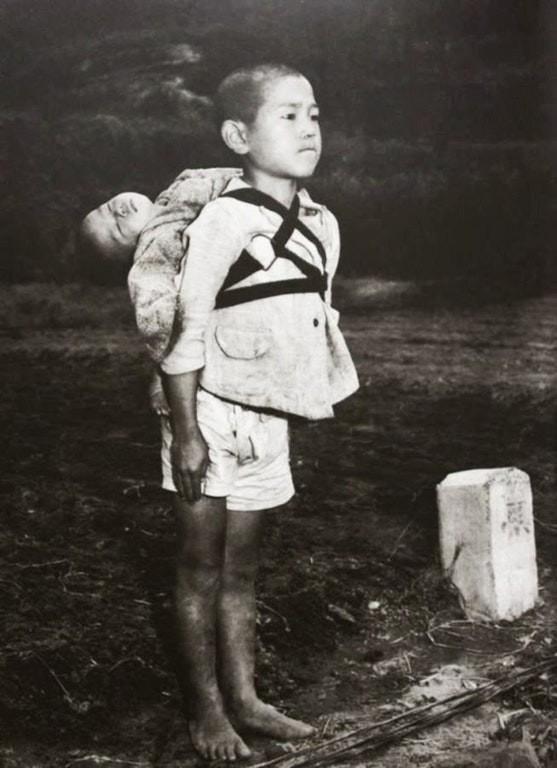 1945: ölen küçük kardeşini kremasyon ateşinde yakılması için getiren abisi