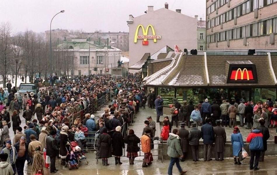 1990: moskova'daki ilk mcdonalds'ın açılış günü