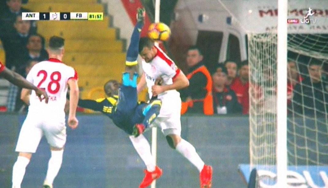 antalyaspor-fenerbahçe maçında moussa sow'un iptal edilen röveşata golü (hakem cüneyt çakır)