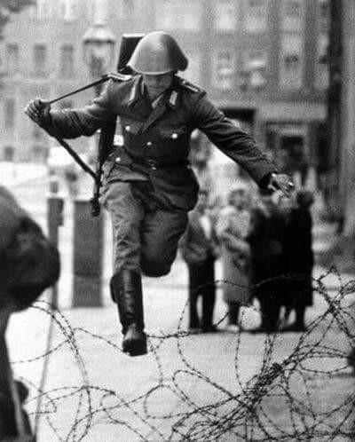 alman asker, berlin duvarı'nın taksit edilmesinden hemen önce doğu berlin'i terk ediyor.
