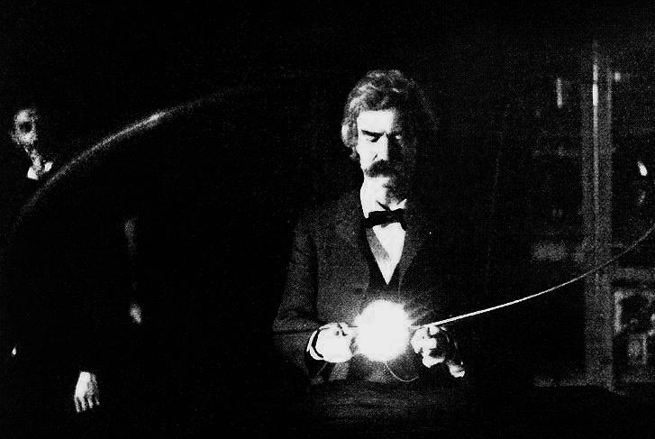 mark twain, tesla'nın deneysel boşluklu lambasını tutuyor. tesla'nın yüzü arkaplanda seçilebilir. tesla'nın laboratuvarı, 1894 [727×487 ]