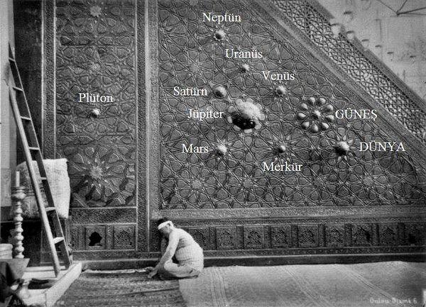 """ünlü fizikçi galileo, 1600'lerde """"dünya yuvarlaktır""""demişti. bursa ulu cami'deki bu kabartma ise 1402'de yapılmıştı"""
