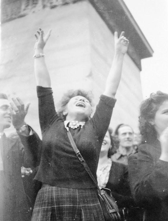 1944: parisli kız, fransa'nın başkenti kurtarıldıktan sonra,amerikan birlikleri paris'ten geçerken zafer işareti yapıyor