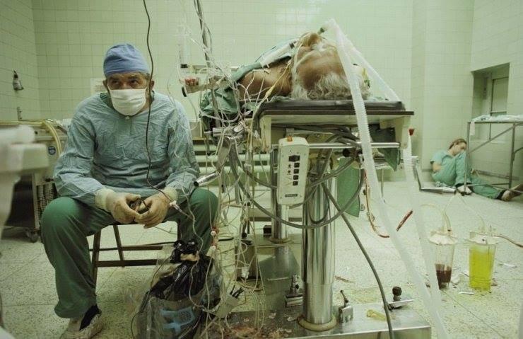 dr. religa 23 saatlik bir ağır kalp ameliyatıyla hastayı hayata döndürmesinin ardından ekrandan hastanın kalp atışlarını izliyor. asistanı ise köşede uykuya dalmış, 1987.