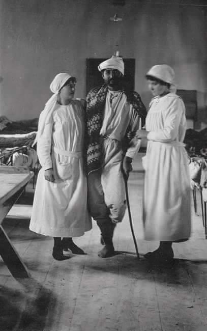 1915: cephe'de yaralanıp gazi olan bir mehmetçik ve hasta bakıcı yiğit türk kadınları
