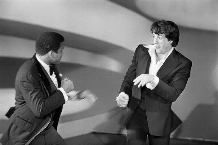 sylvester stallone ve muhammed ali 49. akademi ödülleri'nde şakalaşırken (1977)
