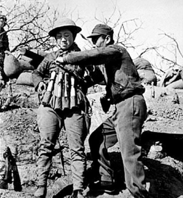 1938: taierzhuang muharebesi'nde japon tanklarına saldırmak için model 24 el bombalarından oluşan patlayıcı yelek takan çinli intihar bombacısı