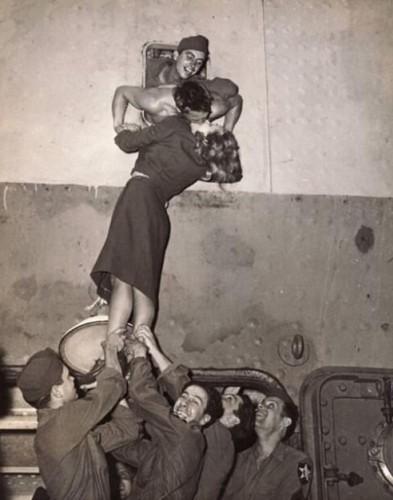 aktrist marlene dietrich, ikinci dünya savaşına gitmeye hazırlanan askerlerden olan sevgilisini öptüğü efsane fotoğraf, 1945