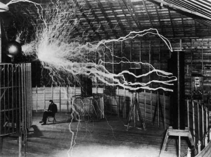 1899 – nikola tesla,  tesla bobini'ni test ederken