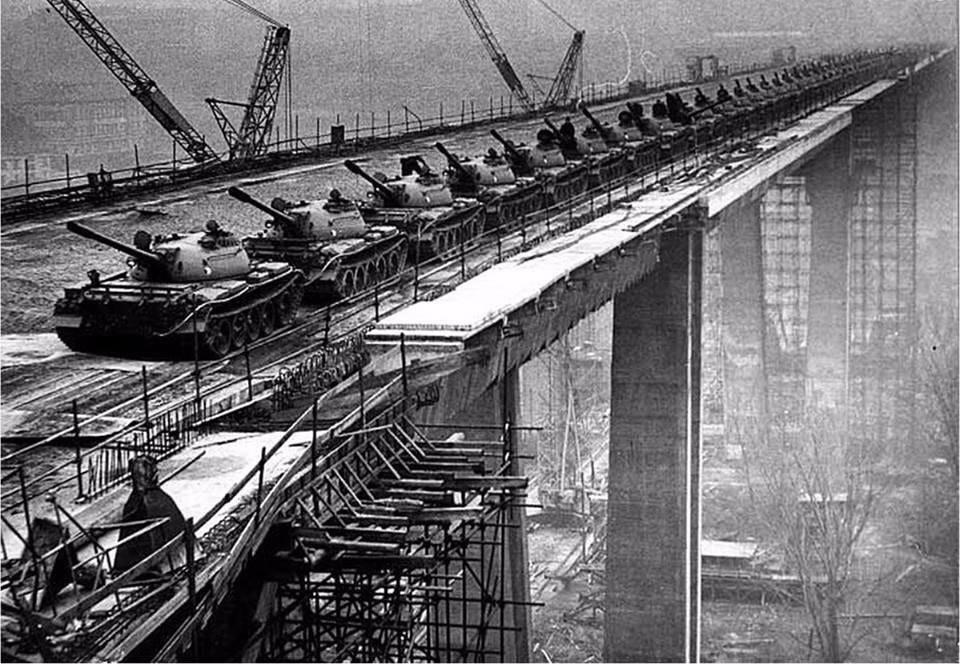 1973: prag'daki nusle köprüsü (intihar köprüsü), 66 tank ile köprünün gücü test ediliyor