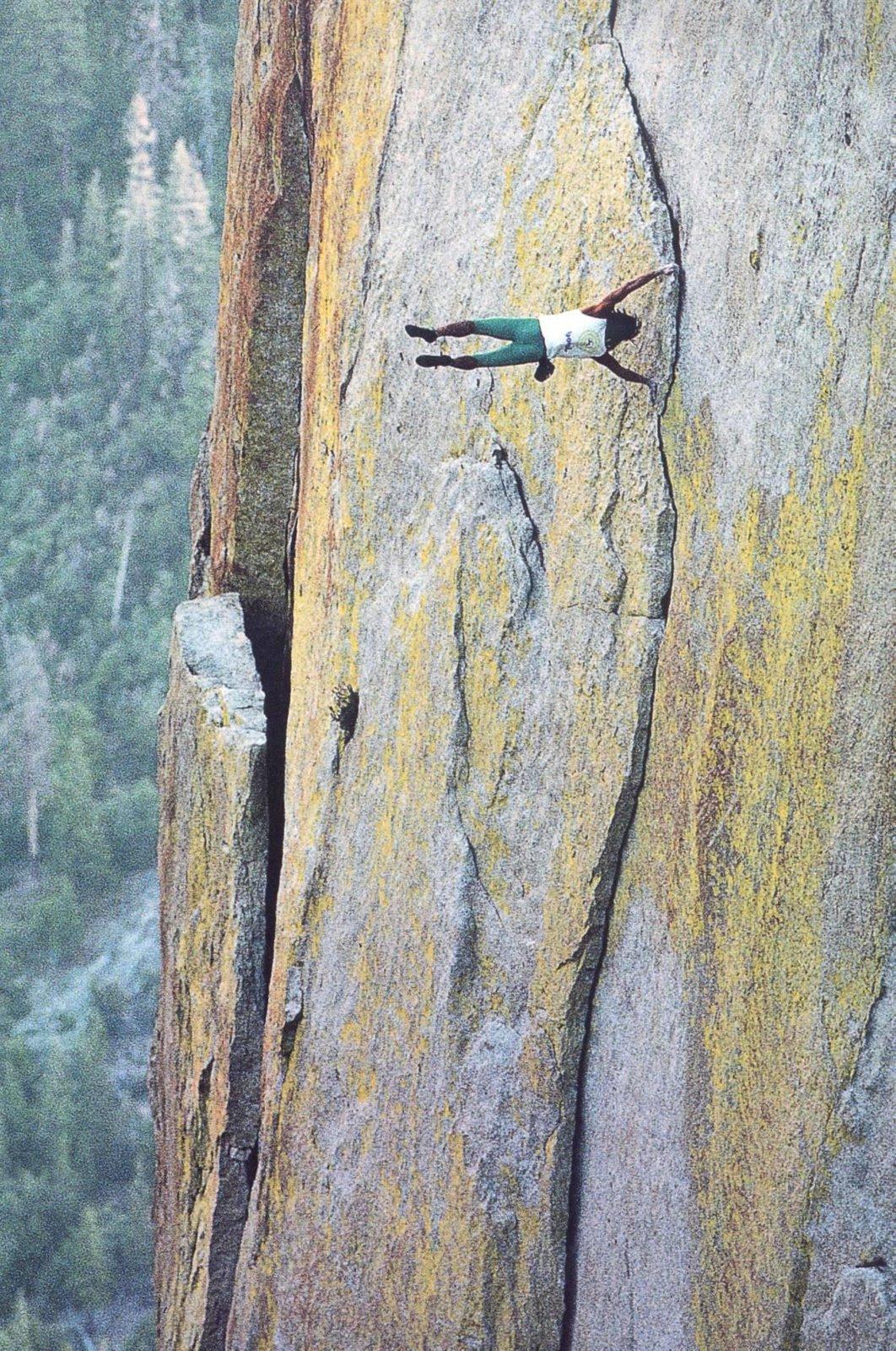 ekipmansız dik tepeye tırmanan adam