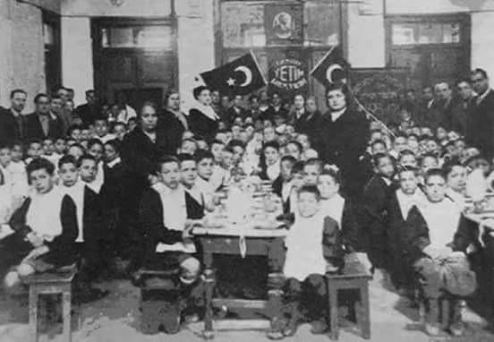 izmir yetim mektebinde cumhuriyet bayramı kutlaması, 1930'lar.