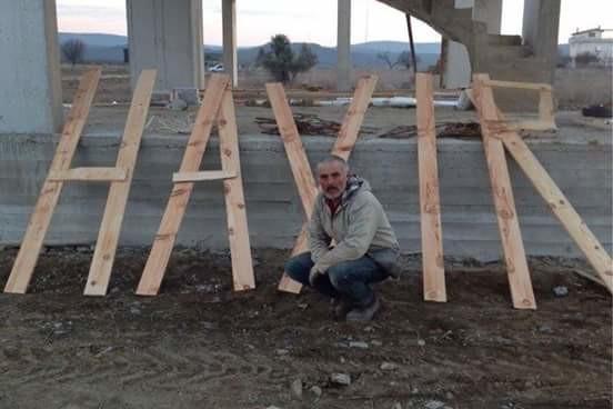 melih gökçek'in emeğini çaldığı tuğlalar ile ''hayır'' yazan inşaat işçisi bu sefer de tahtalardan ''hayır'' yazmış.   sermaye sınıfından böyle hareketler göremezsiniz mesela.