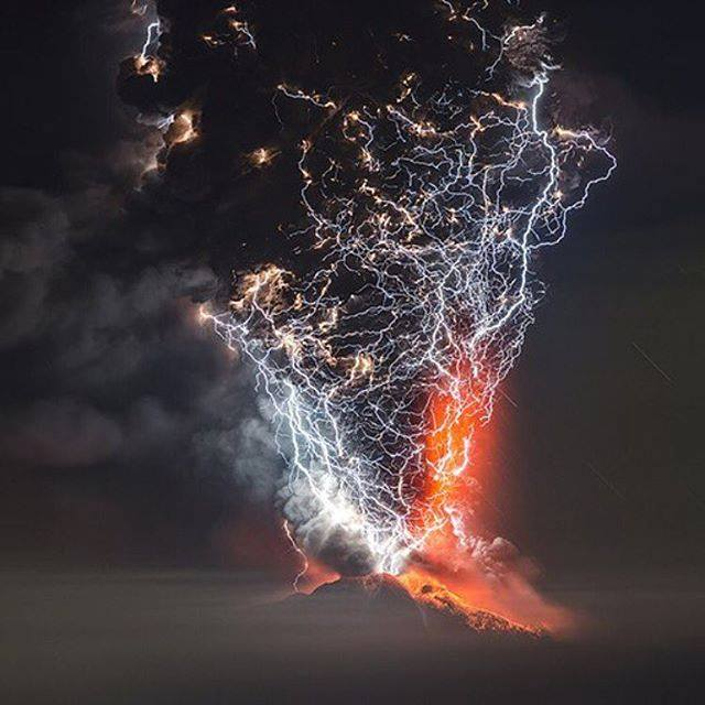 şili'de volkanik dağın üzerine düşen yıldırım