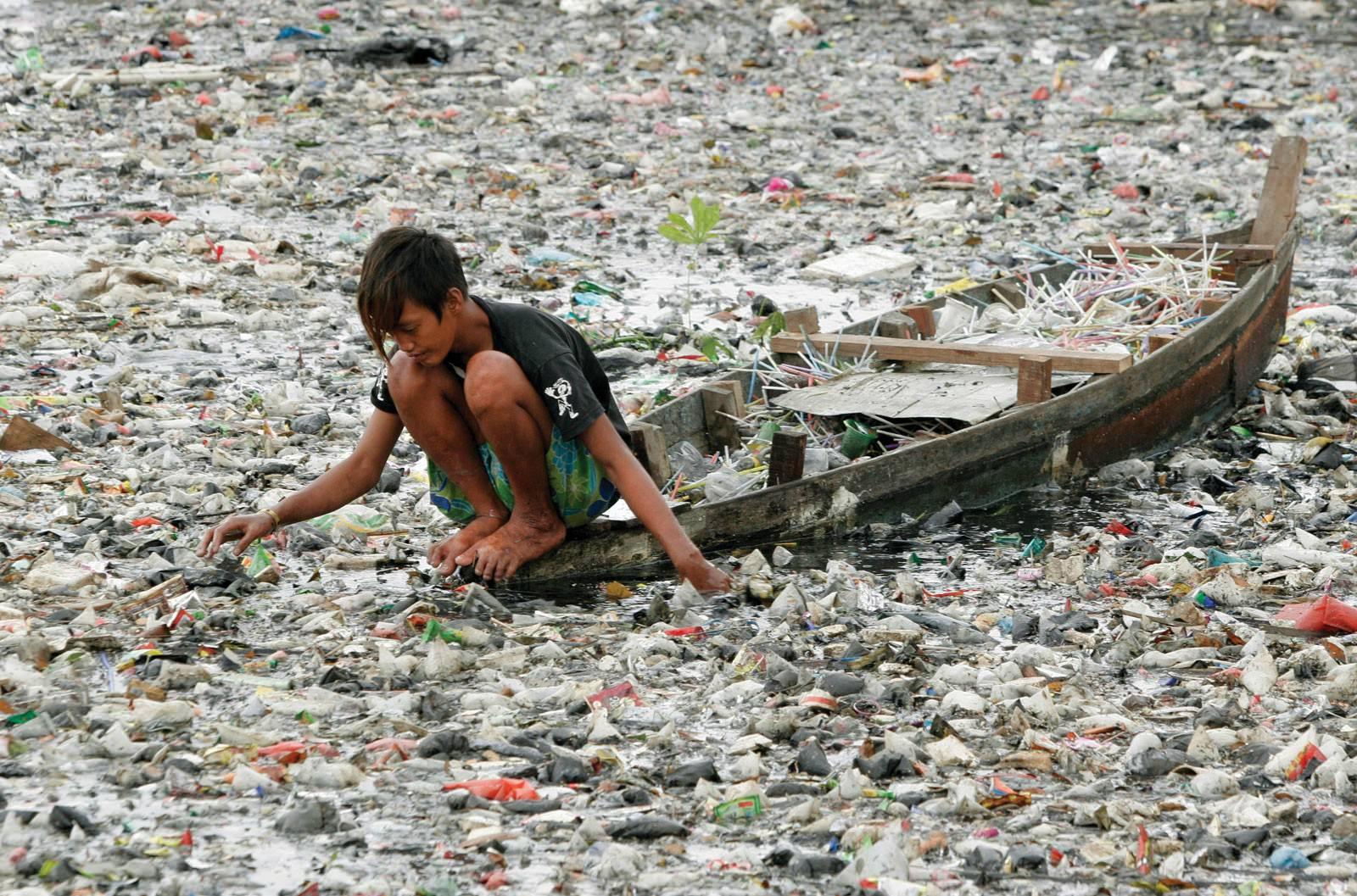 nehirden plastik toplayan endonezyalı çocuk
