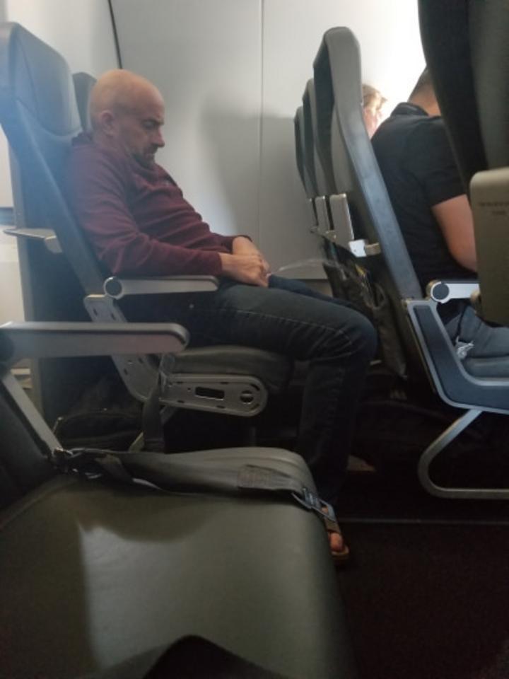 uçakta işeyen adam