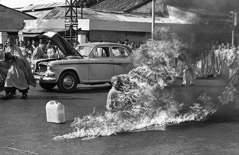 budistlere uygulanan ayrımcılığı protesto etmek amacıyla saygon'da kendisini yakan bir budist rahip, 1963. kendisini yaktığı şekilde ölmüş, en ufak bir hareket bile etmemiştir.