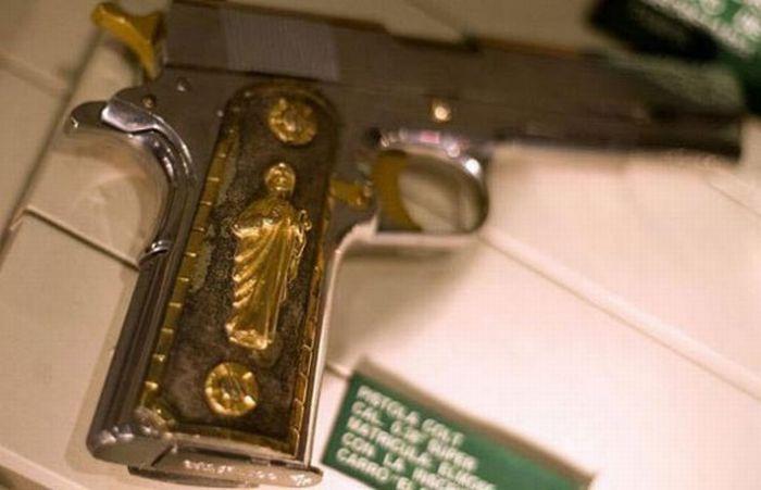 bir baskında bulunan meksikalı kartelin altın kaplama silahı