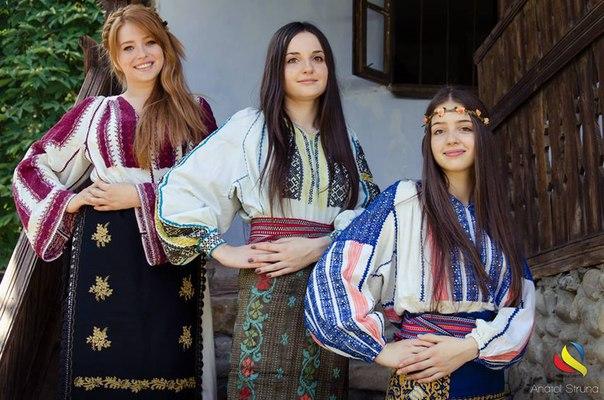 romanyalı kızlar geleneksel kıyafetleri ile