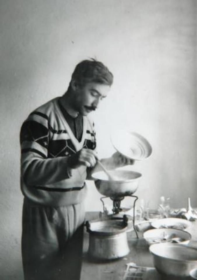usta oyuncu şener şen'in köy öğretmenliği yaptığı dönemlerde çekilen fotoğrafı