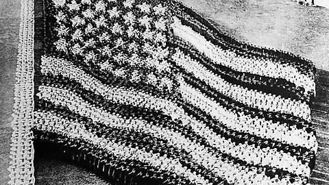 10 bin denizci amerikan askerinin katılımıyla aralık 1917'de yapılan amerikan bayrağı