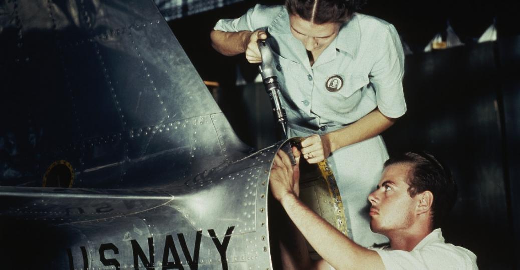 ikinci dünya savaşında fabrikada bir arada çalışan erkek ve bayan işçiler