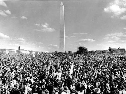 """100.000 kişi vietnam savaşı'nın sonlandırılması için """"başka bir zengin adamın savaşında ölmek istemiyoruz"""" sloganı ile protesto gösterisinde yer alıyor, washington, 15 kasım 1969"""