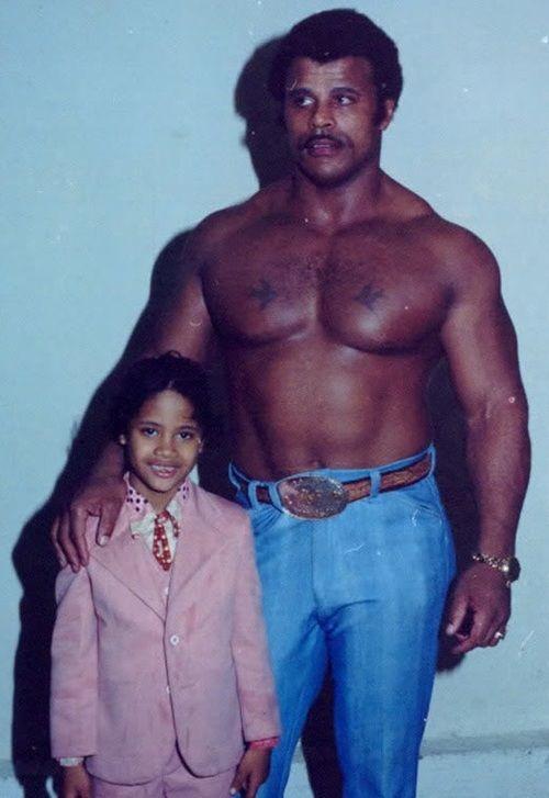 "dwayne ""the rock"" johnson ve babası rocky johnson, 1981 [500x727]"