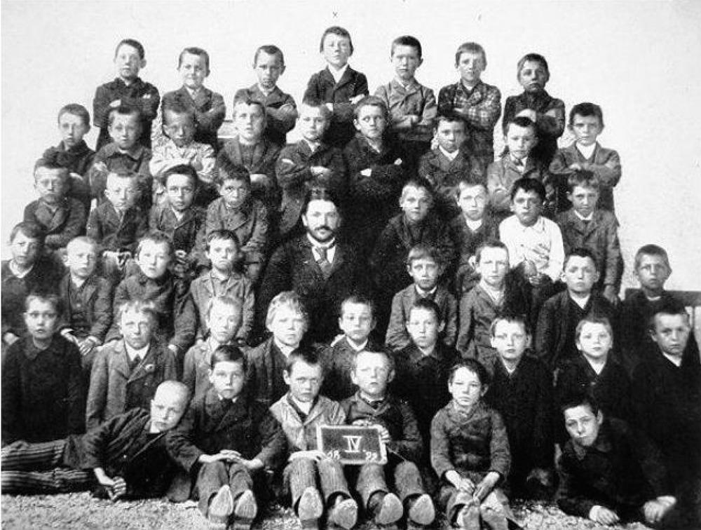 10 yaşındaki adolf hitler'in okul fotoğrafı - orta en üstteki